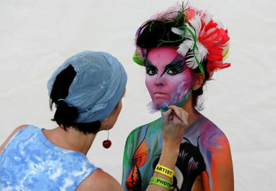 20 Funny And Creative Body Painting Pics -15