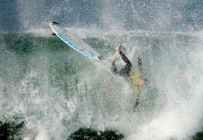 18 Extreme Surfing Photos That Will Blow Your Mind -05