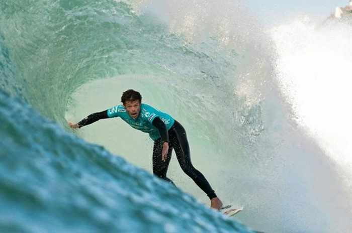 18 Extreme Surfing Photos That Will Blow Your Mind -17