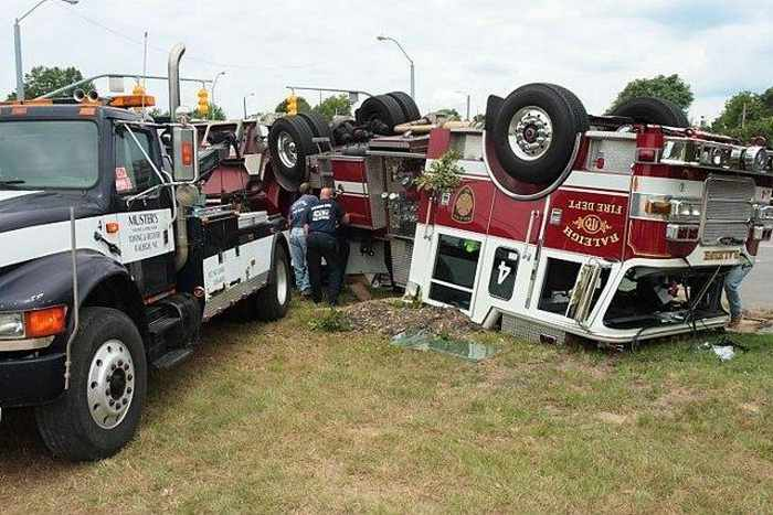 29 Epic Fail Awesome Fire Truck Accident Pics -16