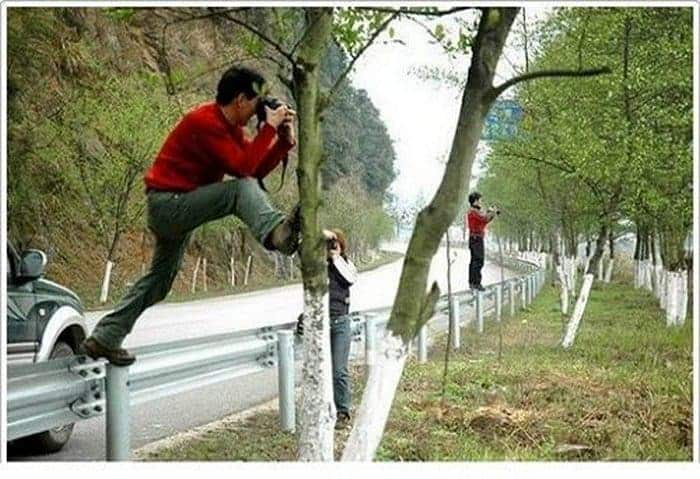 35 Funny Photos of Photographers Taking Pictures -05