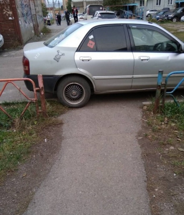 25 Hilariously Bad Parking Fails Of The Day (Photos)-23