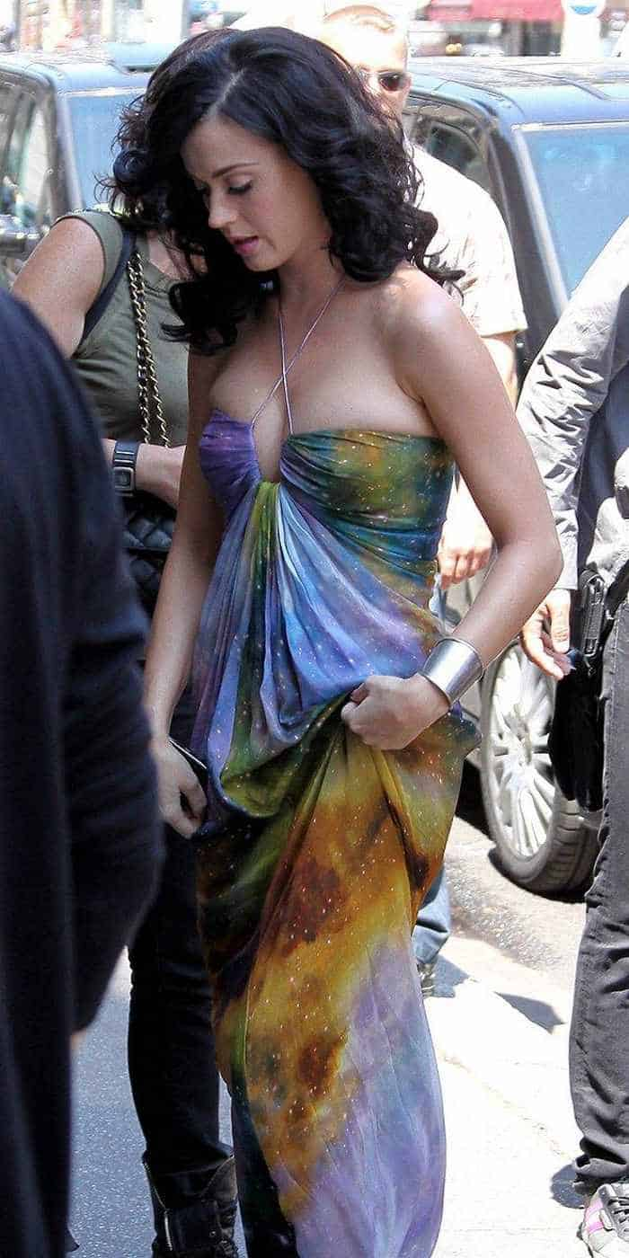 Katy Perry In Colorful Sexy Gown - 4 Pics -01