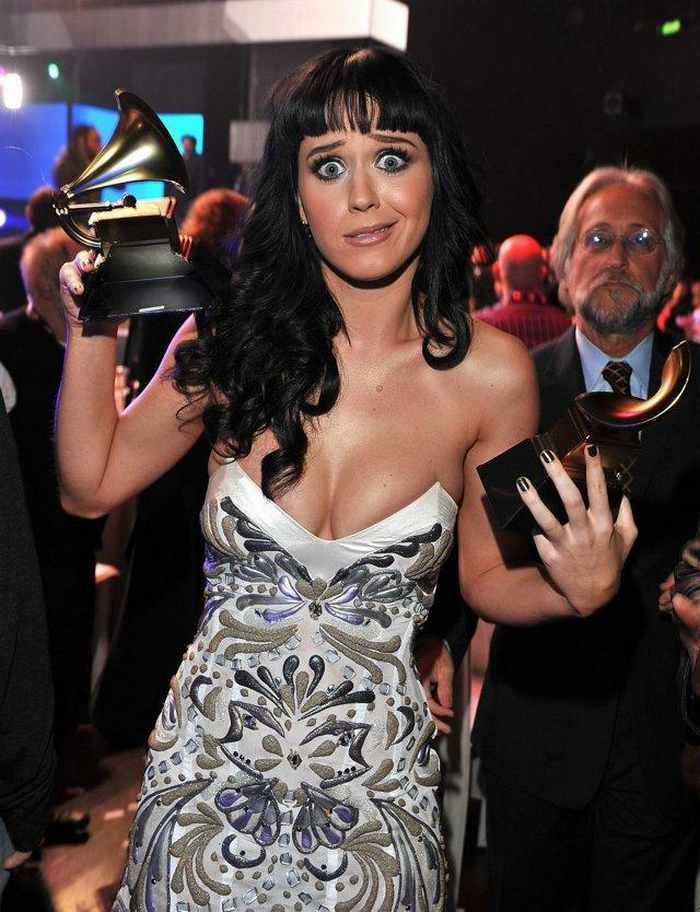 4 Funny Pics of Katy Perry From Grammy Awards-01