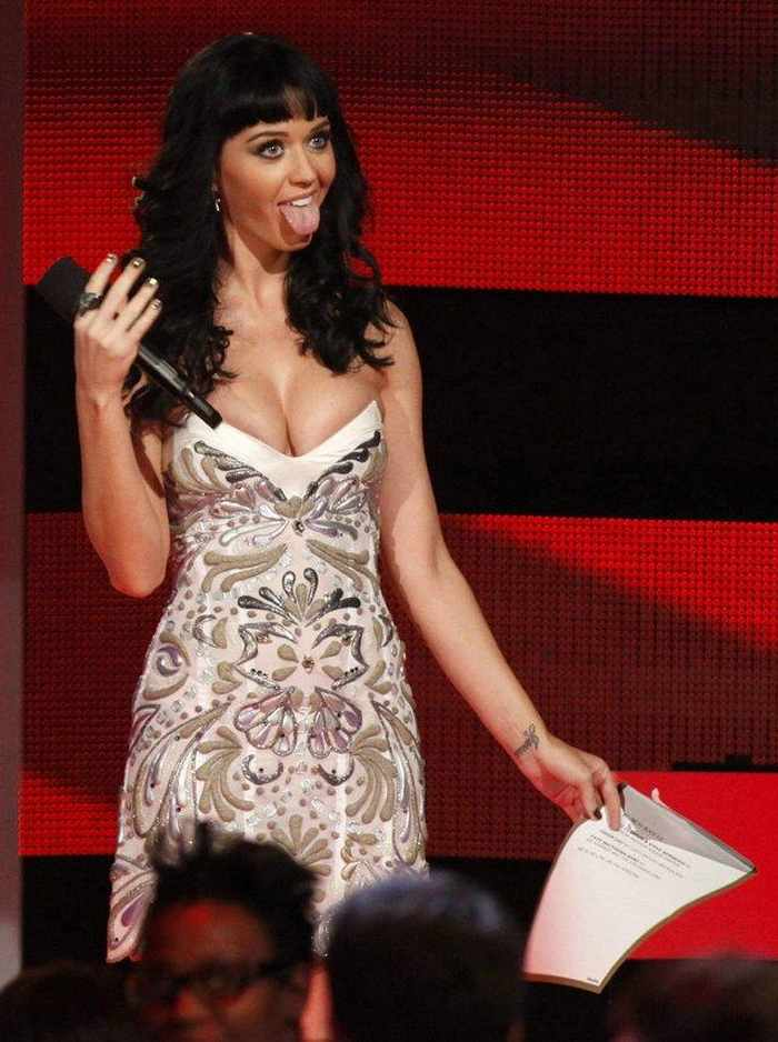 4 Funny Pics of Katy Perry From Grammy Awards-02