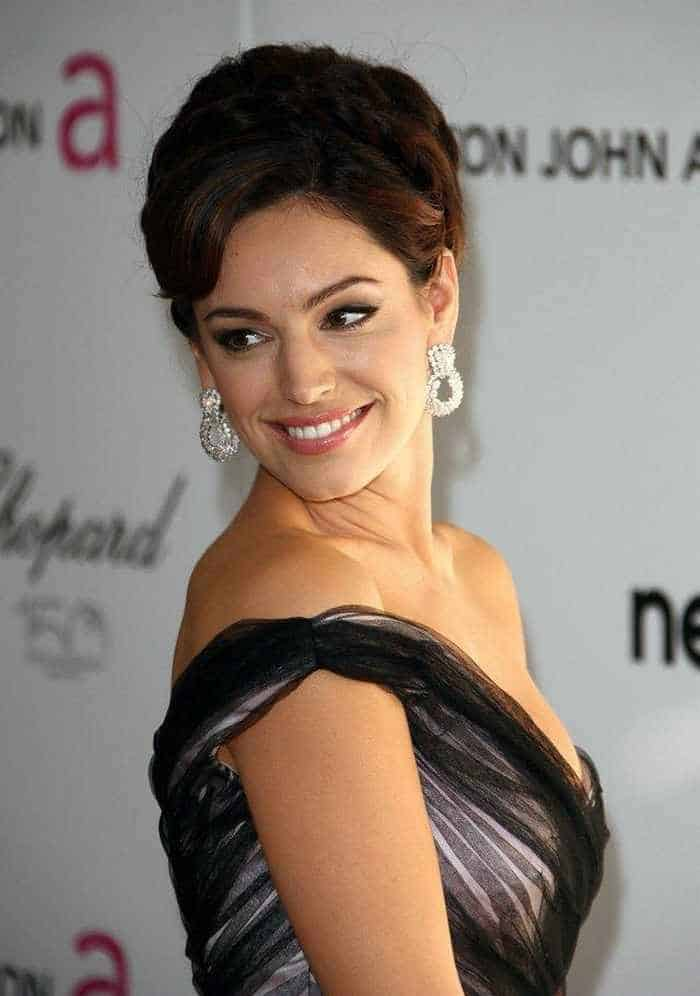 Gorgeous Kelly Brook Looking Sexy in Gown -02