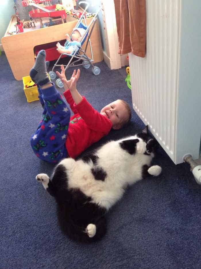 22 Pics of Funny Kids That Think They are Animals -03