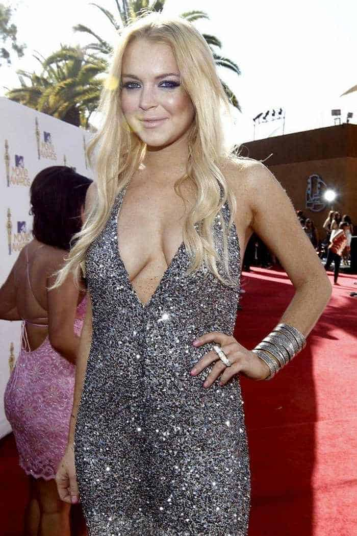 Lindsay Lohan Shows Her Sexy Charm In Sexy Dress -01