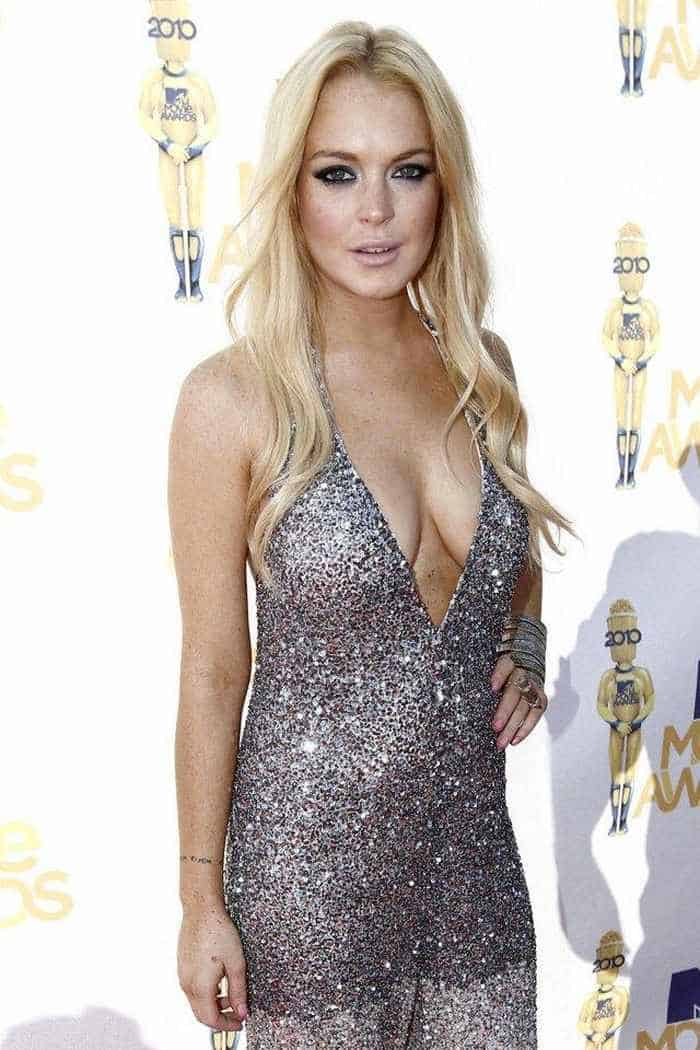 Lindsay Lohan Shows Her Sexy Charm In Sexy Dress -04