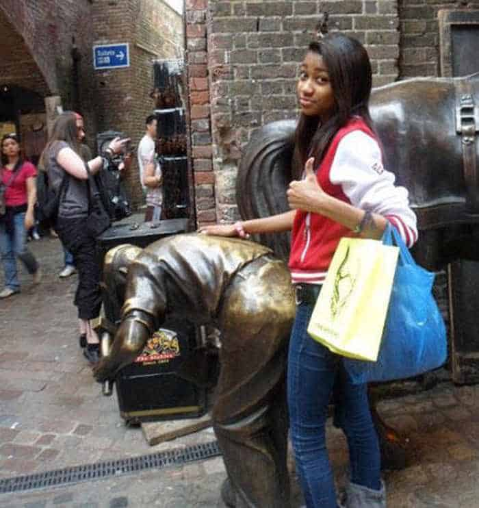 50 People Having Too Much Fun With Statues -11