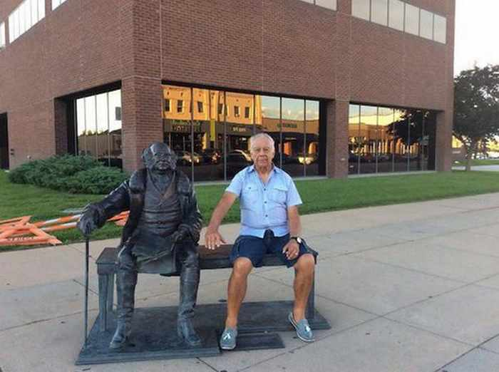 50 People Having Too Much Fun With Statues -15