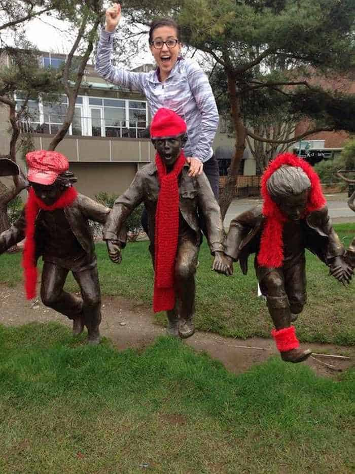 50 People Having Too Much Fun With Statues -44