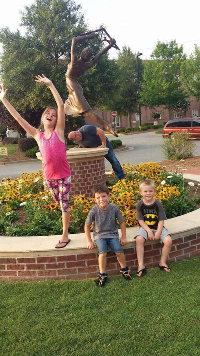 50 People Having Too Much Fun With Statues -48