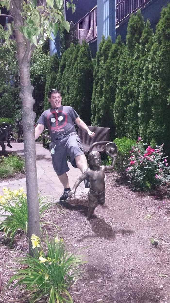 50 People Having Too Much Fun With Statues -49