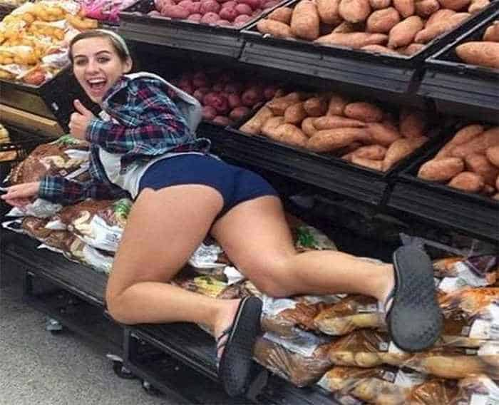 30 Ridiculous People of Walmart That are Extremely Weird to Handle -11