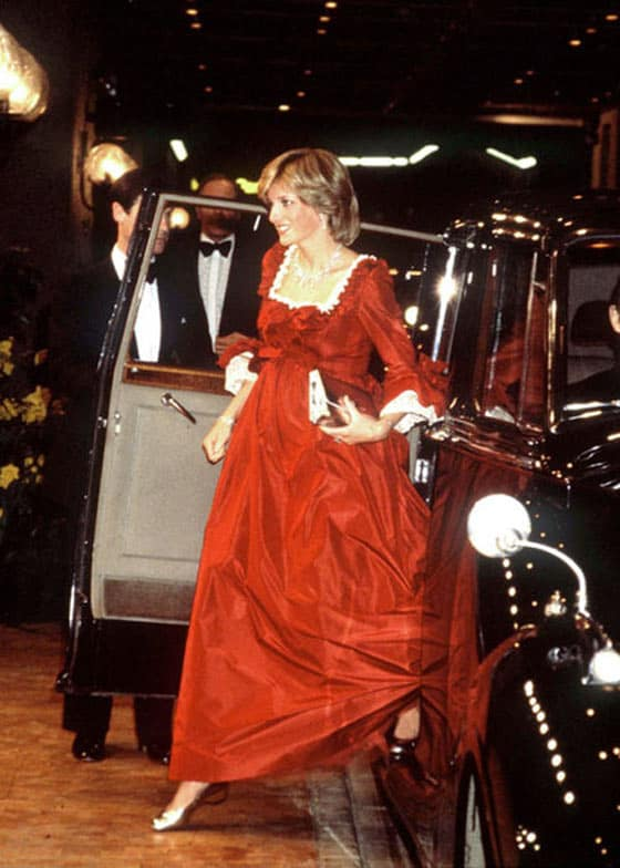 14 Pics of Princess Diana's Awesome Iconic Gowns And Royal Dresses -03