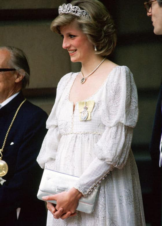 14 Pics of Princess Diana's Awesome Iconic Gowns And Royal Dresses -09