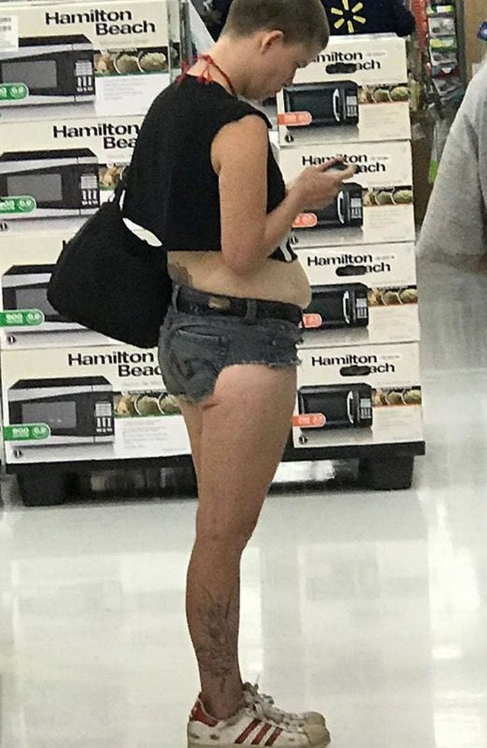 48 Ridiculous Walmart Shoppers Caught On Camera-24