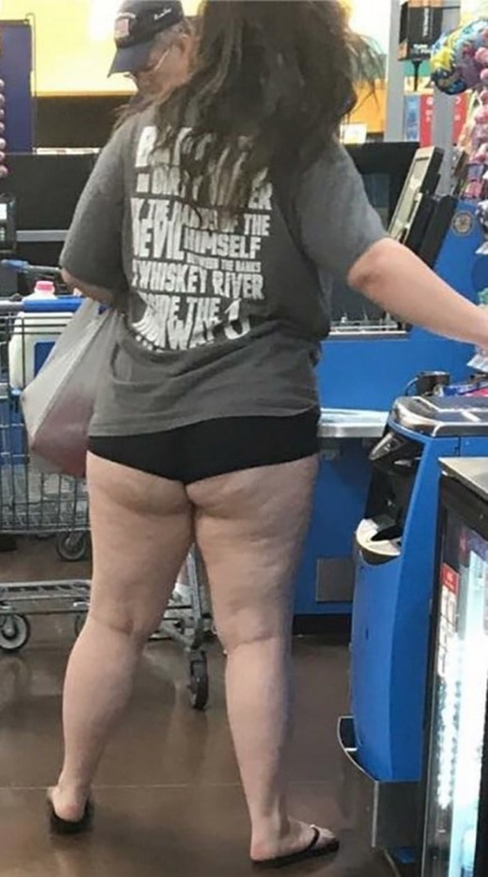 48 Ridiculous Walmart Shoppers Caught On Camera-30