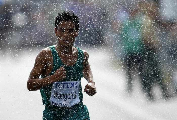 Awesome Sport Moments Captured at Right Time - 15 Pics -05