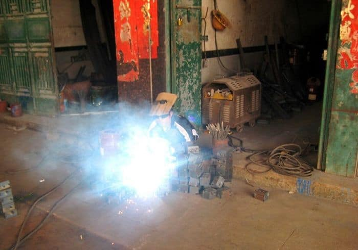 5 Pics of Weird Homemade Welding Helmet of Chinese Welder -02