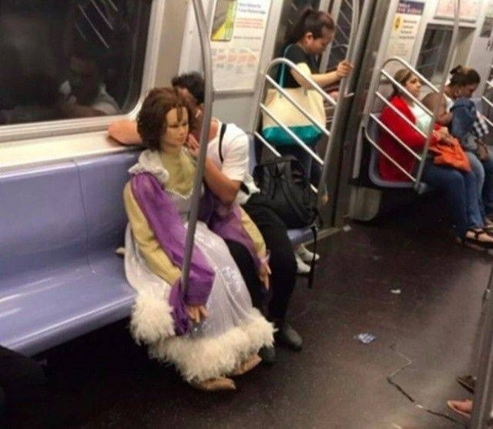 28 Weird Things You Will See On Public Transportation-05