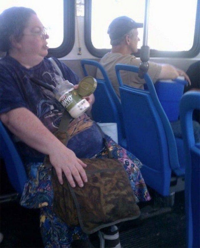 28 Weird Things You Will See On Public Transportation-14