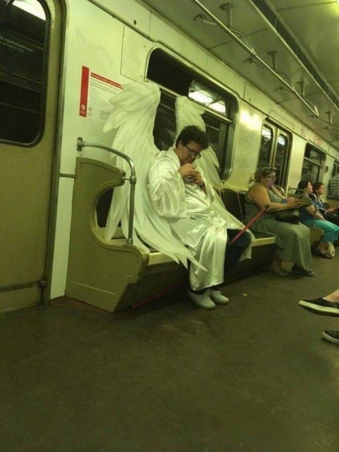 28 Weird Things You Will See On Public Transportation-16