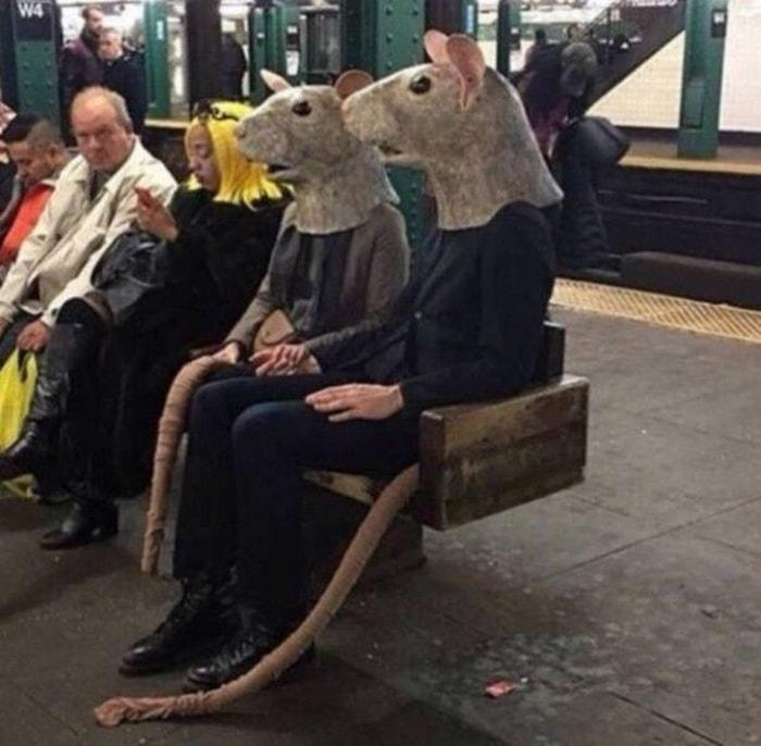 28 Weird Things You Will See On Public Transportation-18