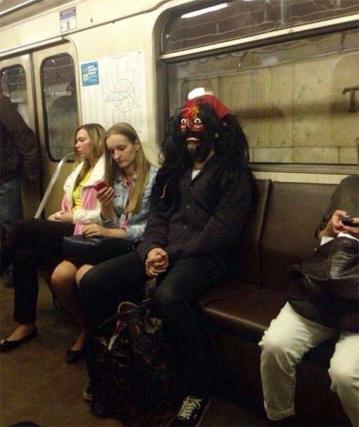 28 Weird Things You Will See On Public Transportation-19