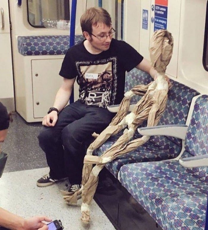 28 Weird Things You Will See On Public Transportation-27